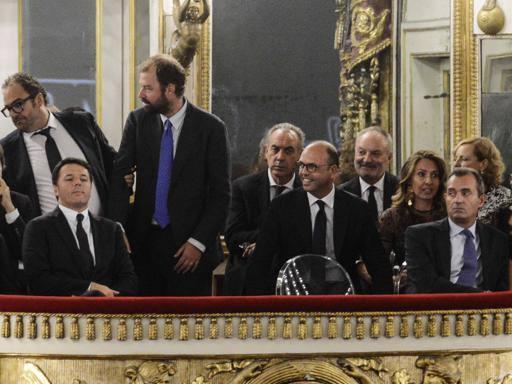 Renzi e de Magistris si ignorano alla serata di gala del San Carlo