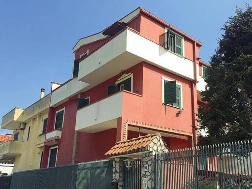 Morte Tiziana, nella villa della tragedia solo silenzi e dolore I vicini: «Era una donna dolcissima»