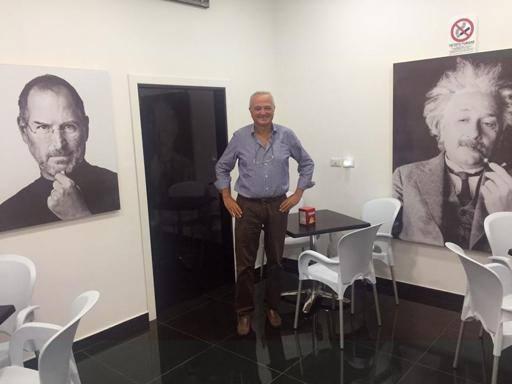 Apple a San Giovanni, nei bar Jobs e Einstein «scalzano» Diego