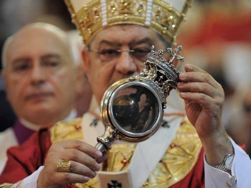 San Gennaro, è miracolo: sciolto il sangue. Applauso dei fedeli
