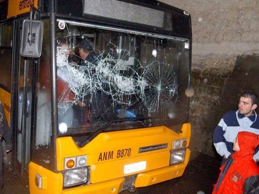 Calci e pugni a passeggero e vetri del bus in frantumi, presi due ragazzini