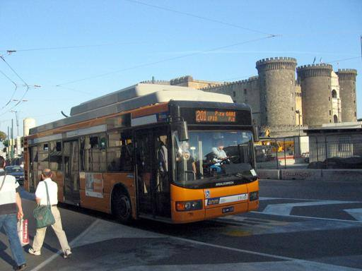Napoli, autista filobus accoltellato al polpaccio. Aggressore fermato