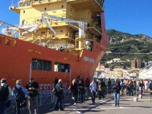 Migranti, in 985 sbarcati a Salerno: a bordo anche una donna deceduta