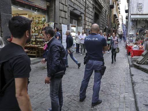 Lite davanti a scuola a Napoli convalidato l'arresto del 14enne