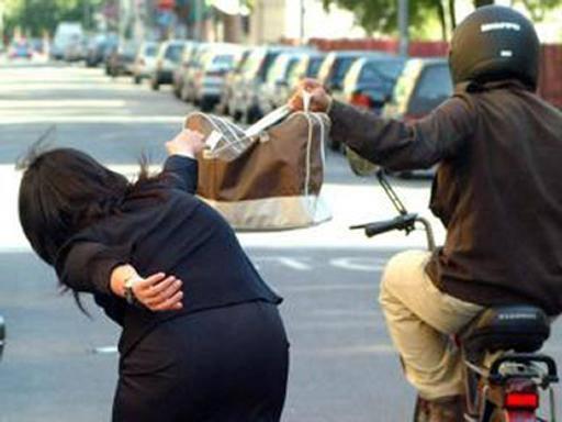 Napoli, scippa turista cinese, scoperto grazie a gamba ingessata