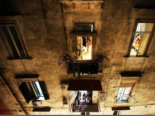 Vicoli, la vita dei Quartieri Spagnoli vista dai tetti